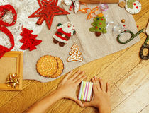Handgjorda julgåvor i röra med leksaker, stearinljus, gran, band, trädkotteträtappning, vykortsikt Royaltyfria Bilder