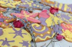 Handgjorda kakor för ljus och gladlynt pepparkaka Fotografering för Bildbyråer