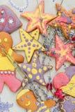 Handgjorda kakor för ljus och gladlynt pepparkaka Royaltyfri Fotografi