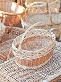 Handgjorda korgar som är till salu på en souvenir, marknadsför i Rumänien Traditionella rumänska handgjorda wood korgar Royaltyfri Fotografi