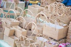Handgjorda korgar som göras från naturprodukter Arkivfoto