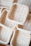 Handgjorda korgar som göras från naturprodukter Arkivfoton