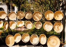 Handgjorda korgar som hänger på ett staket Arkivbilder
