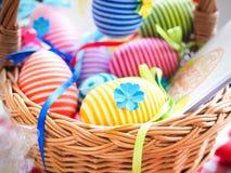 Handgjorda kulöra dekorativa ägg för påsk, lyckliga easter, Royaltyfria Foton