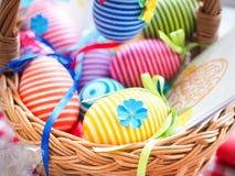 Handgjorda kulöra dekorativa ägg för påsk, lyckliga easter, Royaltyfri Foto