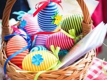 Handgjorda kulöra dekorativa ägg för påsk, lyckliga easter, Royaltyfri Bild