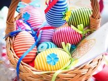 Handgjorda kulöra dekorativa ägg för påsk, lyckliga easter, Arkivbild
