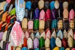 Handgjorda läderskor för tappning, medina av Fez, Marocko arkivfoto