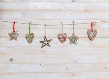 Handgjorda leksaker för jul på träbakgrund Arkivbild