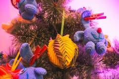 handgjorda leksaker smyckar trädet för det nya året Arkivbilder