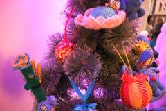 handgjorda leksaker smyckar trädet för det nya året Arkivfoto