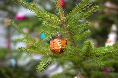 handgjorda leksaker smyckar trädet för det nya året Royaltyfria Bilder