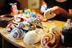 Handgjorda maskeringar i ett seminarium av hantverkare, Venedig Royaltyfri Fotografi