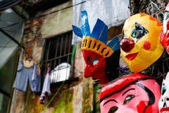 Handgjorda maskeringar på försäljning på gatorna av Vietnam Royaltyfria Bilder