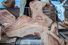 Handgjorda Olive Wood Cutting Boards sålde på den lokala marknaden i den Provence regionen royaltyfria bilder