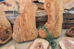 Handgjorda Olive Wood Cutting Boards sålde på den lokala marknaden i den Provence regionen arkivbilder