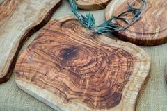 Handgjorda Olive Wood Cutting Boards sålde på den lokala marknaden i den Provence regionen royaltyfri bild