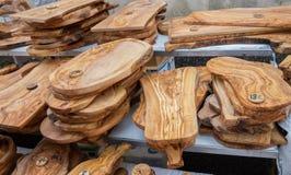 Handgjorda Olive Wood Cutting Boards sålde på den lokala marknaden i den Provence regionen fotografering för bildbyråer