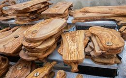 Handgjorda Olive Wood Cutting Boards sålde på den lokala marknaden i den Provence regionen france arkivfoton