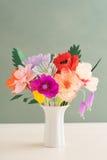 Handgjorda pappers- blommor Arkivbild