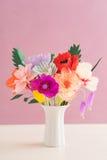 Handgjorda pappers- blommor Arkivbilder