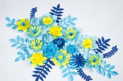 Handgjorda pappers- blommor på blå bakgrund Favorit- hobby royaltyfri fotografi