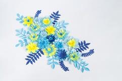 Handgjorda pappers- blommor på blå bakgrund Favorit- hobby arkivfoton