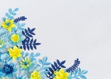 Handgjorda pappers- blommor på blå bakgrund Favorit- hobby arkivfoto