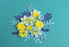 Handgjorda pappers- blommor på blå bakgrund Favorit- hobby fotografering för bildbyråer