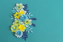 Handgjorda pappers- blommor på blå bakgrund Favorit- hobby arkivbild