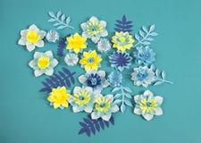 Handgjorda pappers- blommor på blå bakgrund Favorit- hobby royaltyfria bilder