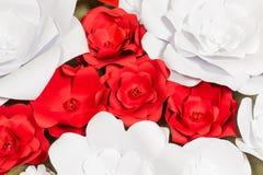 Handgjorda pappers- blommor på inre Arkivbilder