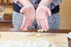 Handgjorda pastanedgångar över tabellen Royaltyfri Foto