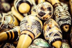 Handgjorda peruanska maracas i lokal marknad Arkivfoton