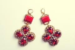 Handgjorda röda örhängen med juvlar tappning för stil för illustrationlilja röd Arkivbild