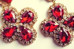 Handgjorda röda örhängen med juvlar tappning för stil för illustrationlilja röd Royaltyfri Fotografi