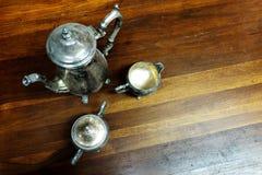 Handgjorda silverkoppar och kannateservis Arkivbild