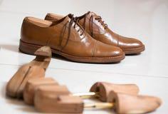 Handgjorda skor och skostratchers Royaltyfri Bild