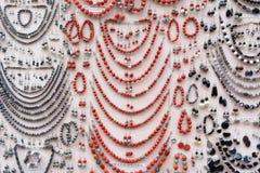 Handgjorda smycken, halsband, armband och örhängen arkivbild