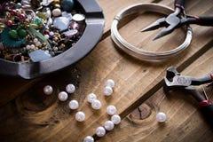 Handgjorda smycken, smyckentillförsel Royaltyfria Foton