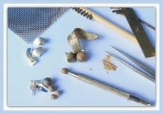 Handgjorda smycken som tillverkar utrustning på mjuk blå bakgrund Royaltyfri Fotografi