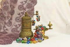 Handgjorda smyckenanvisningar armband och leratupp Arkivfoto