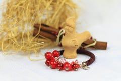 Handgjorda smyckenanvisningar armband och leratupp Arkivfoton