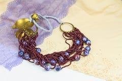 Handgjorda smyckenanvisningar armband och leratupp Royaltyfria Foton