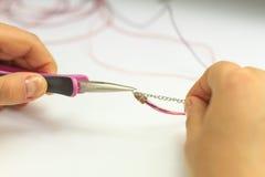 Handgjorda smyckenanvisningar armband och leratupp Fotografering för Bildbyråer