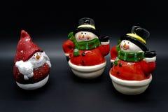 Handgjorda snögubbestatyetter som isoleras på svart bakgrund julen dekorerar nya home idéer för garnering till royaltyfri bild