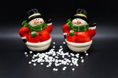 Handgjorda snögubbestatyetter som isoleras på svart bakgrund julen dekorerar nya home idéer för garnering till royaltyfri foto