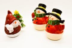 Handgjorda snögubbestatyetter som isoleras på vit bakgrund julen dekorerar nya home idéer för garnering till arkivfoton