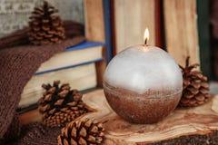 Handgjorda stearinljus som tänds i tappninginre Fotografering för Bildbyråer