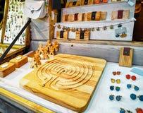 Handgjorda träcufflinks och brädelek på Riga jul Marke Arkivbild